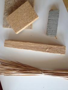 Rohrkolben (Typha) in seinen unterschiedlichen Verarbeitungsstufen. Rechts oben ist die Dämmplatte zu sehen. (© Fraunhofer IBP)