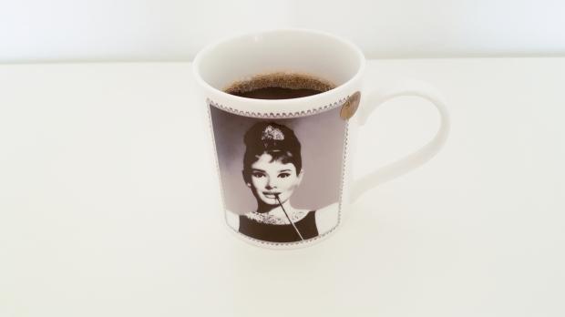 Morgens, mittags, abends – ohne Kaffee geht bei mir eigentlich nichts. Am besten schmeckt er natürlich aus meiner Audrey-Tasse (© sofawissen.com)