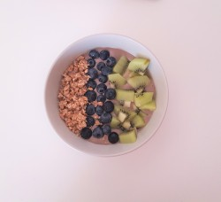 Ach ja so eine Acai-Peanutbutter-Bowl geht auch To-Go. Aber auf dem heimischen Sofa schmeckt sie doch am bestent. © sofawissen.com