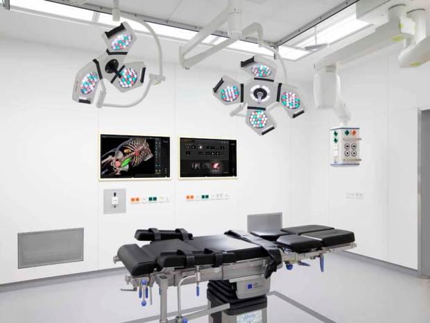 Die Herausforderung: Technik soll dem Arzt helfen und nicht vom Geschehen im OP ablenken. (© Brainlab)